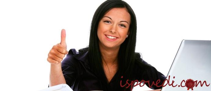 девушка за компьютером оформляет кредит онлайн