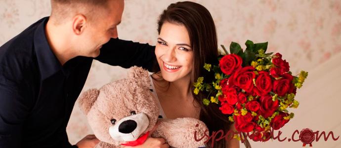 девушка с подаренным букетом цветов