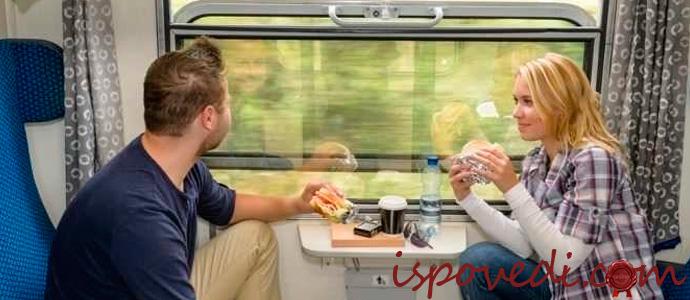 пара в купе поезда