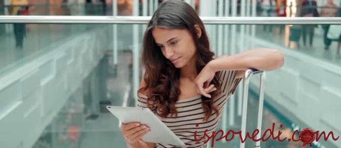 девушка с планшетом в аэропорту