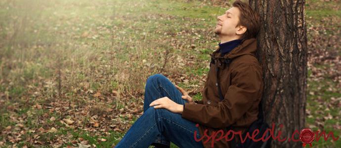 парень отдыхает на природе