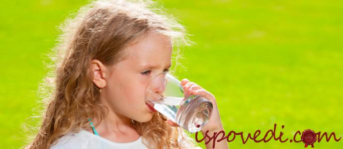 ребенок пьет чистую воду