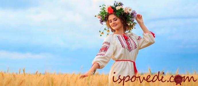 Девушка в вышиванке и венке из полевых цветов