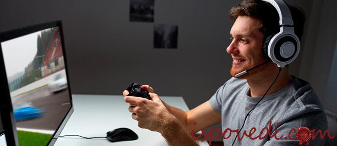 парень играет в компьютерные игры
