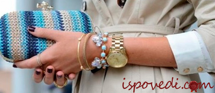 золотые браслеты на руке