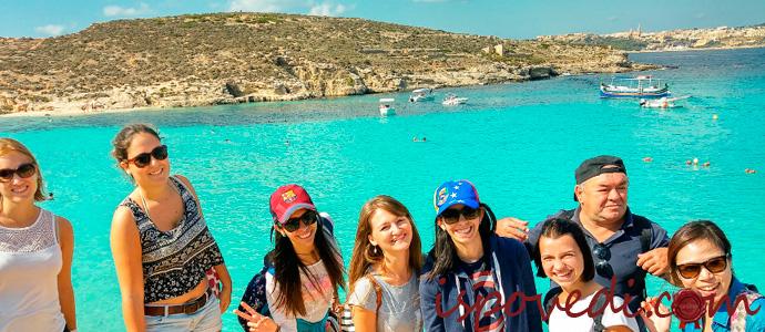 группа людей изучает английский язык на Мальте