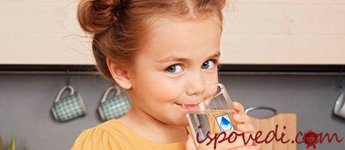 девочка пьет чистую воду