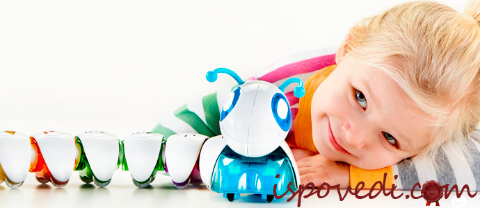 девочка с интерактивной игрушкой