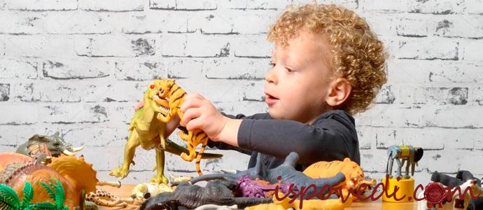 ребенок с игрушками животных