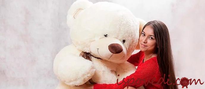 девушка с большим плюшевым медведем
