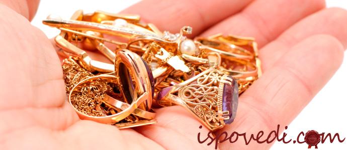 золотые украшения на ладони