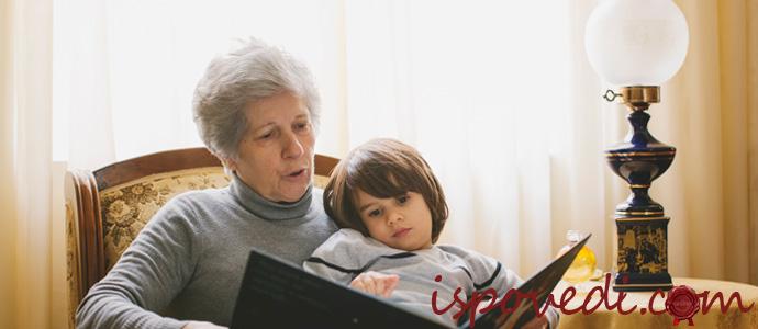 бабушка читает внуку книжку