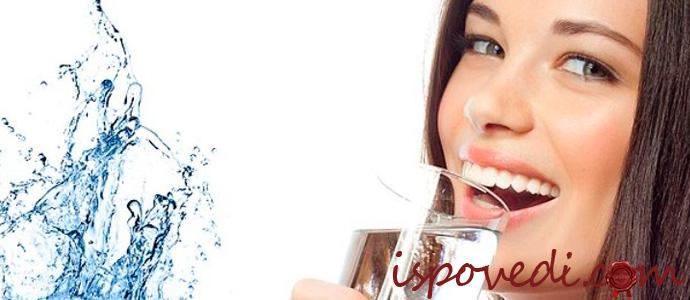 девушка пьет чистую воду