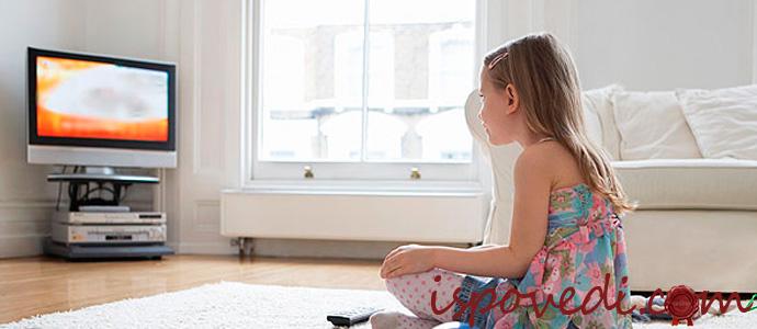 девочка смотрит мультик