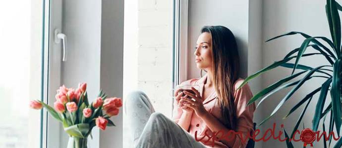 девушка у окна с чашкой чая