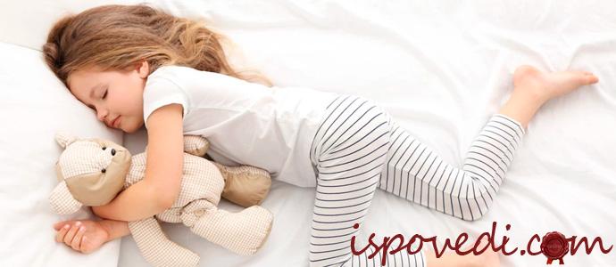 девочка спит в пижаме