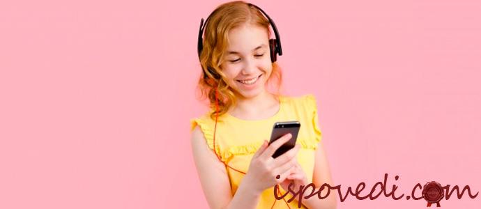 девочка принимает поздравления по телефону