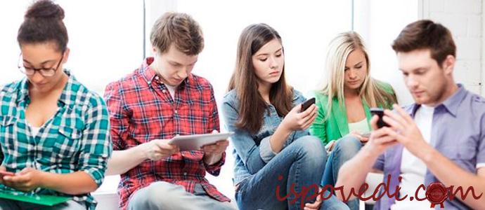 компания друзей с мобильными телефонами