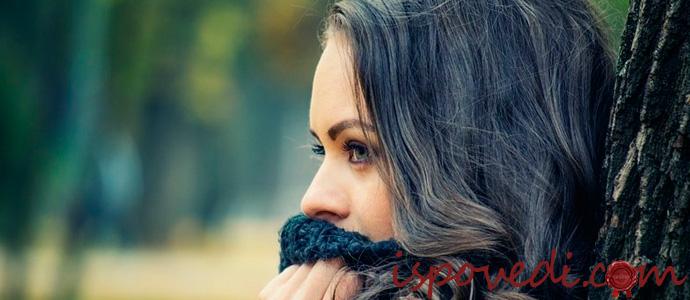 раскаявшаяся в своих поступках девушка