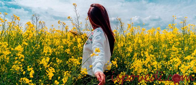 деревенская девушка среди цветов