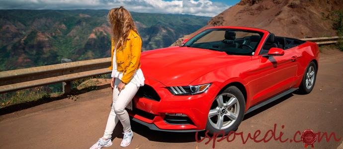 девушка возле красной машины
