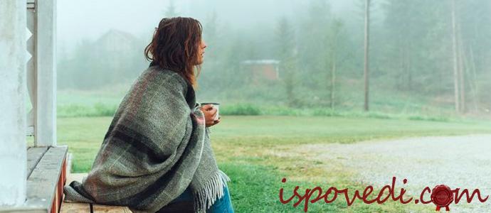 девушка пьет кофе на рассвете