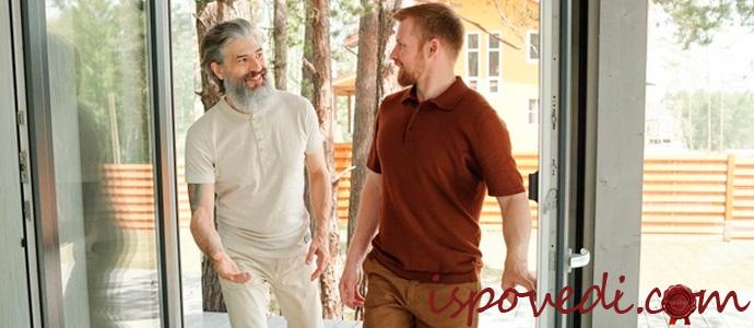 отец и взрослый сын общаются после ссоры