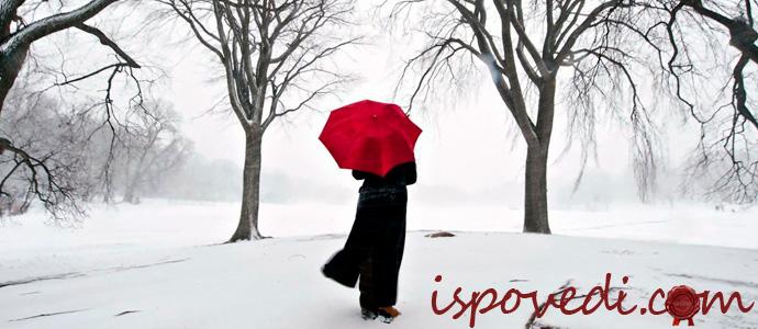 девушка зимой с красным зонтиком