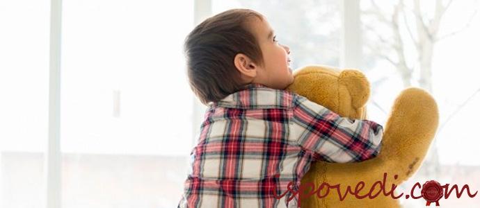 ребенок аутист с мягкой игрушкой