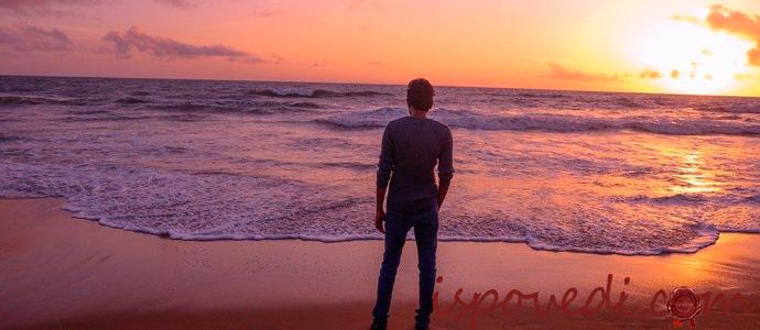 одинокий мужчина любуется закатом