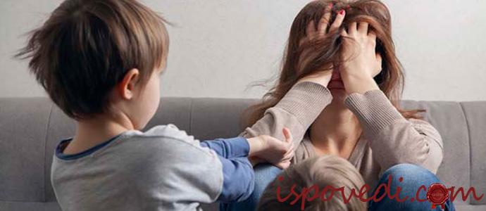 уставшая молодая мама