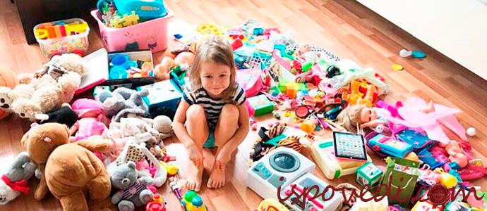 девочка среди разбросанных игрушек