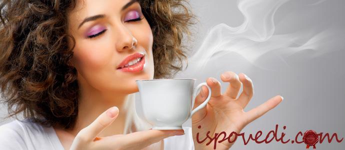 девушка с удовольствием пьет кофе