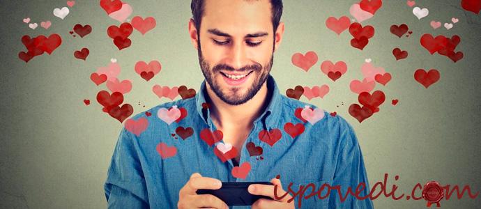 парень общается на сайте знакомств