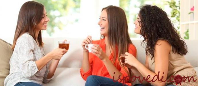 веселое общение трех подруг