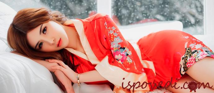 девушка в халате-кимоно для дома