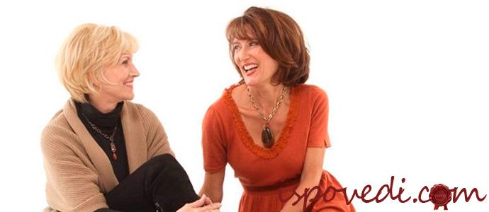 женщины смеются и разговаривают