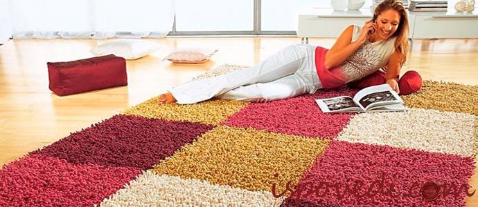 девушка отдыхает на чистом ковре