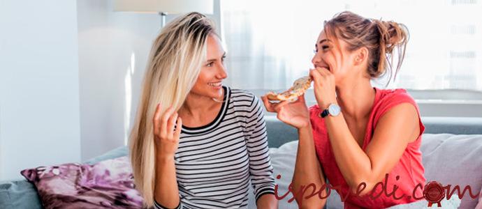 подруги едят пиццу