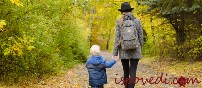 мать одиночка гуляет с сыном