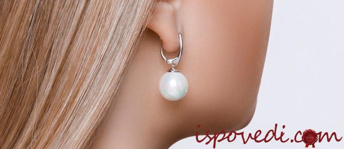 серебрянные сережки с жемчугом в ухе девушки