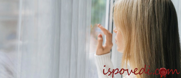 девушка грустит у окна