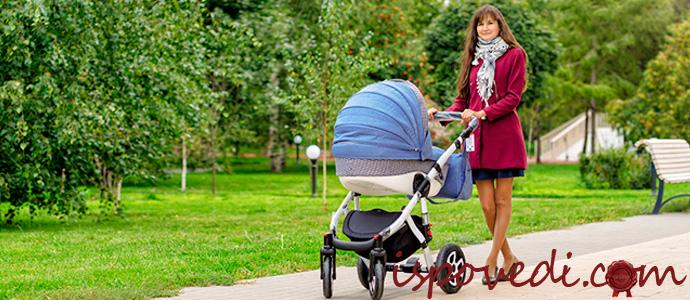 мам с детской коляской на прогулке