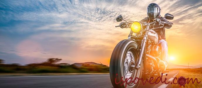 мотоциклист в мотошлеме
