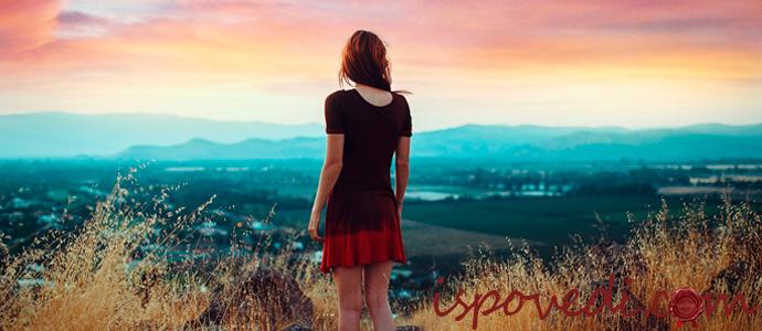 одинокая девушка смотрит на рассвет
