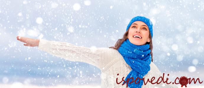 девушка с зимней шапке радуется снегу