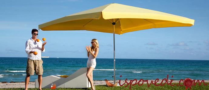 уличный зонт на пляже