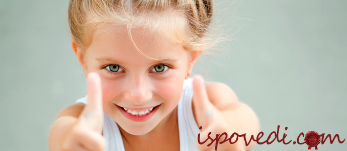 красивые и ровные зубы у девочки