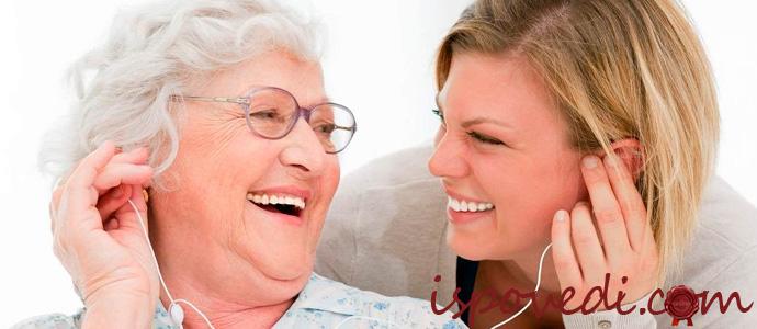 женщина со слуховым аппаратом