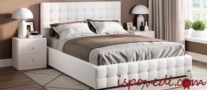 кровать с простынью на резинке